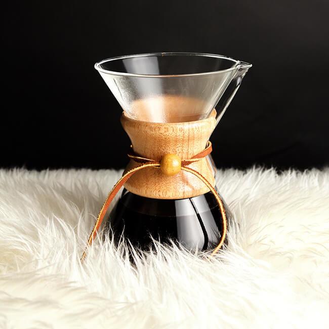 Třetí fáze při filtrování kávy chemex