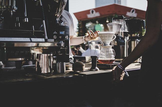 Druhá fáze V60 filtrování kávy